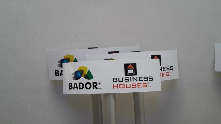 parkeerborden met logo